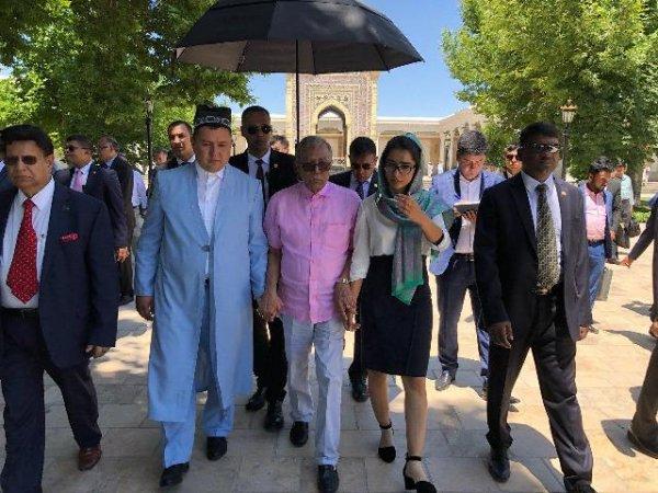 Президент Бангладеш посетил Самарканд и возложил цветы к могиле Ислама Каримова