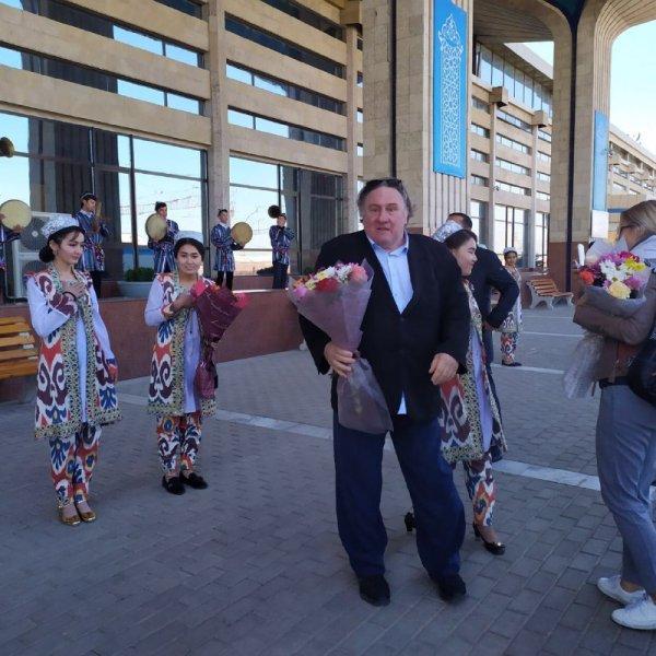 Жерар Депардье со своей командой прибыл в город Самарканд.