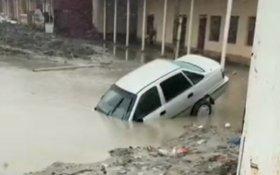 Видео: в Самаркандской области автомобиль «Нексия» затонул в большой луже