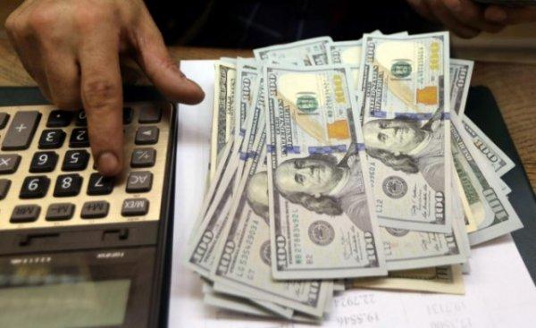 Курсы валют: доллар еще немного упал