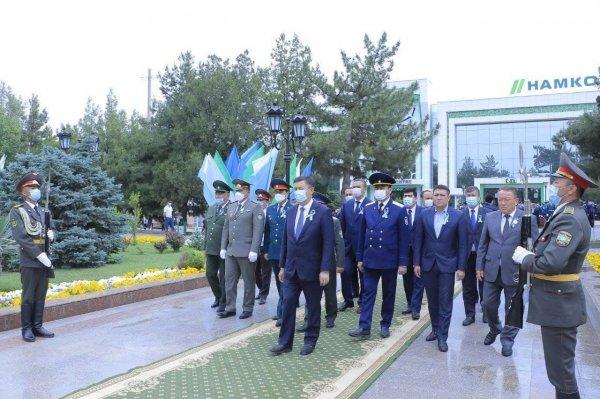 В Самарканде прошла церемония возложения цветов к монументу Скорбящей матери